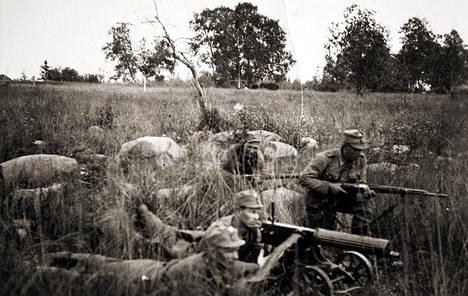 Etualalla Toivo Ruuna ja konekiväärin ampujana Viljam Pylkäs. Pylkäs ja Ruuna olivatLinnan mukaan esikuvia Tuntemattoman sotilaan hahmoille Antti Rokalle ja Suen Tassulle.