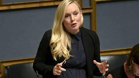 Sisäministeri Maria Ohisalo toivoi, että koronarokotekriittiset eivät uhkailisi lapsia ja koronapassia käyttäviä yrityksiä.