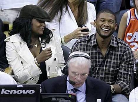 Näin onnellisilta Tameka Foster ja Usher näyttivät vielä heinäkuun 14. päivä koripallo-ottelussa.
