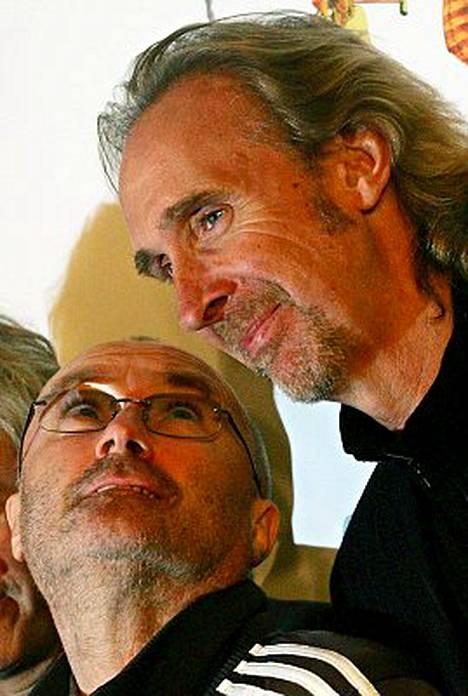 Phil Collins ja Mike Rutherford nähtiin Stadionin lavalla.