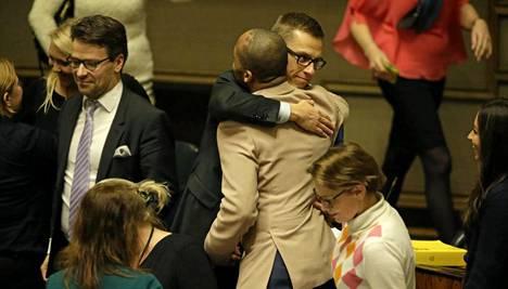 Pääministeri Alexander Stubb halasi vihreiden Jani Toivolaa äänestyksen jälkeen.