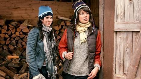 Heini (Jemina Sillanpää) ja Rosa (Joanna Haartti) ovat kasvaneet teini-iän jälkeen täysin eri suuntiin.