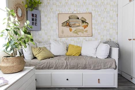 Päivällä sohvana, yöllä leveänä sänkynä. Vuodesohva sopii pieneen mökkiin.