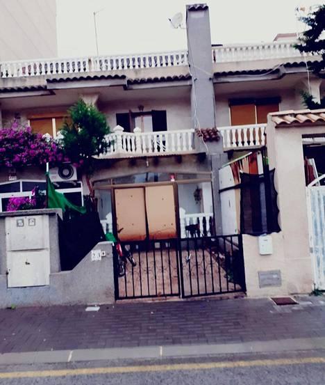 Pariskunnan ystävät ja naapurit ovat ottaneet kuvia ulkopuolelta sen jälkeen, kun asunto on vallattu.