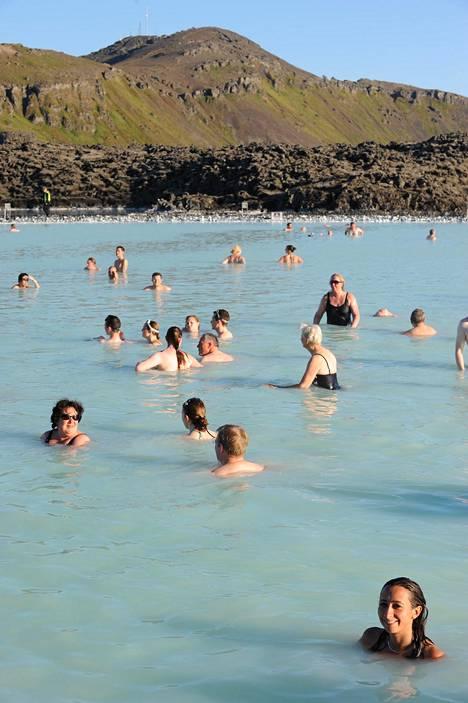 Blue Lagoonin lämpimänkuuma mineraalipitoinen vesi saa ihon silkkisen pehmeäksi ja olon raukeaksi. Kylpylä on huippusuosittu – kesällä kannattaa mennä aamulla tai illalla, kun on väljempää.