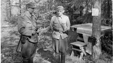 Silloinen eversti Ruben Lagus (oik.) ja hänen esimiehensä, kenraalimajuri Paavo Talvela Laatokan pohjoispuolella Salmissa lähellä Tuleman kylää 19. heinäkuuta 1941. Kolme päivää myöhemmin Lagus nimitettiin ensimmäiseksi Mannerheim-ristin ritariksi. Talvela sai saman kunnian vajaat pari viikkoa myöhemmin.