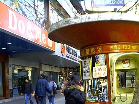 Kantonilaisessa yleisöpuhelinkopissa myytiin myös sim-kortteja.