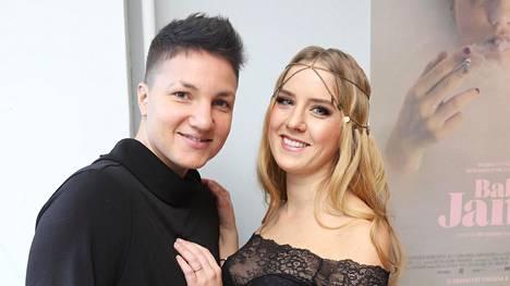 Eronneet Elina Gustafsson (vas.) ja Emmi Asikainen menivät kihloihin viime vuoden helmikuussa. He olivat seurustelleet vuodesta 2017.