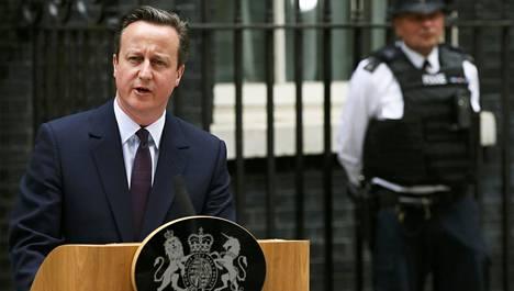 Pääministeri David Cameron piti voitonpuhetta Downing Streetin virka-asunnon edessä perjantaina.
