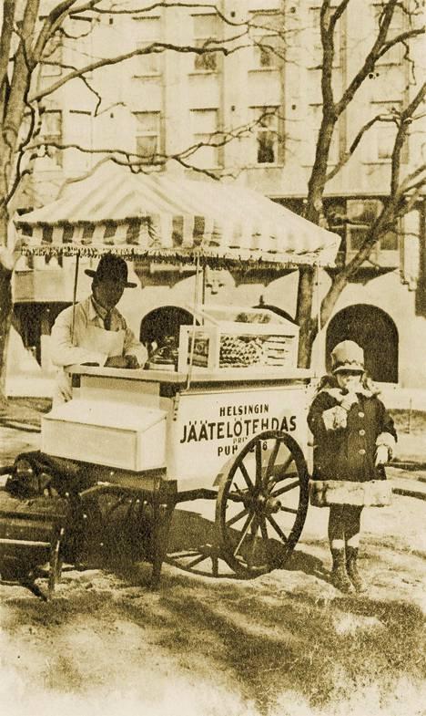 Jäätelön ystävä lähetti Helsingin Jäätelötehtaalle tämän kirpputorilta löytämänsä vanhan kuvan yhtiön jäätelökärrystä.