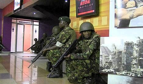 Somalialaisen al-Shabaab-liikkeen tekemässä hyökkäyksessä on kuollut varmuudella noin 60 ihmistä ja lähes 200 on haavoittunut. AFP TV:n kuvassa kenialaissotilaita ostoskeskuksessa.
