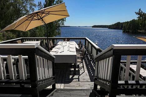 Sahanlahden Koskivahti ravintolan terassi avautuu Saimaalle.