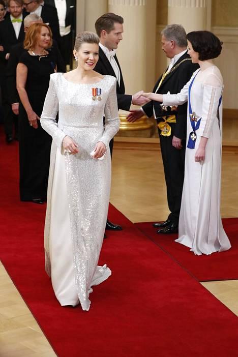 Kansanedustaja Sofia Vikmanin (kok.) valkoinen puku oli upean veistoksellinen.