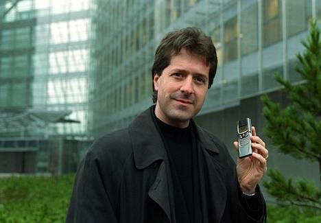 Frank Nuovo Nokian pääkonttorin edessä Espoossa 2001. Kädessään hänellä on suunnittelemansa Nokian Zippo-malli.