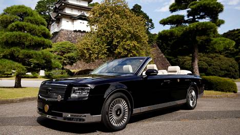 Keisari Naruhitolle erikoisvalmistettu Toyota Century Convertible.