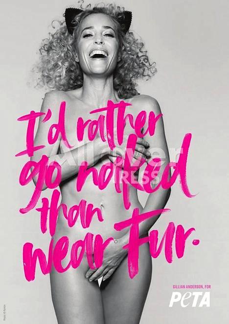 """""""Olen mieluummin alasti, kuin pukeudun turkikseen"""" lukee Andersonin tähdittämässä mainoksessa."""