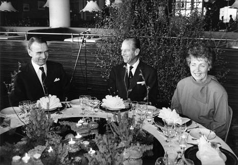 Mauno ja Tellervo Koivisto tarjosivat päivällisen prinssi Philipille Kulosaaren kasinolla vuonna 1985.