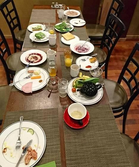 Lukijan lähettämä kuva perheen jäljiltä jääneestä aamupalapöydästä.