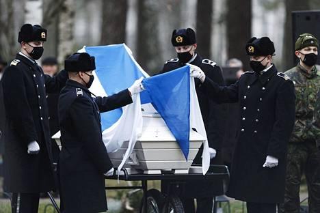 Arkku tuotiin hautausmaalle Narvan marssin soidessa.
