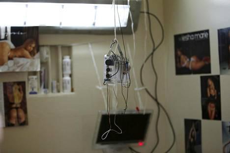 Radio ja sisustusta kuolemansellissä San Quentinissa.