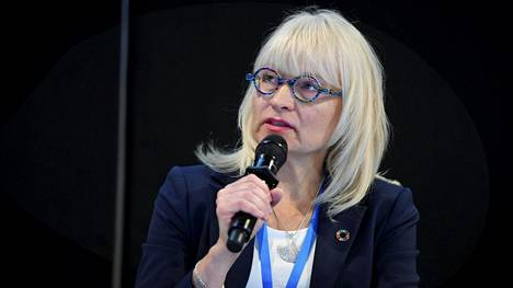 Sosiaali- ja terveysministeriön ylijohtaja Päivi Sillanaukee kertoi maanantaina, että hoivakotien hoitajille aletaan tuottaa kankaisia hengityssuojaimia.