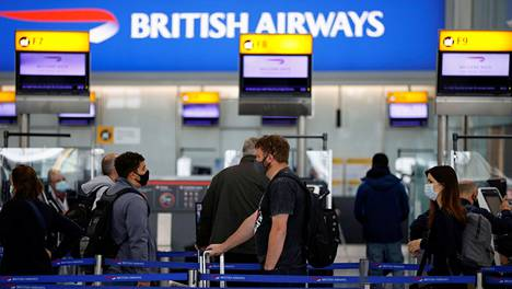 Matkustajat jonottivat British Airwaysin lähtöselvitystiskeille Lontoon Heathrow'n lentoasemalla maanantaina.