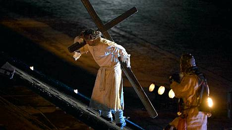 Jeesusta näyttelevä Martin Bahne kantoi ristiä Via Crucis -kärsimysnäytelmässä Helsingissä.