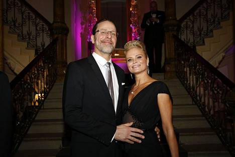 Jone Nikula ja Hanna Karttunen juhlivat Linnan juhlien jatkoilla.