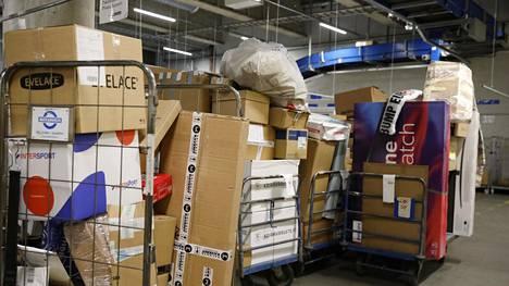 Helsingin Kampin Narinkkatorin alla sijaitsee Matkahuollon logistiikka-terminaali, jossa postilakko on kasvattanut selvästi pakettien määrää. Tuotantopäällikkö Marko Mäkinen kertoo, että aamuisin ja kello 18 on kovin ruuhka.