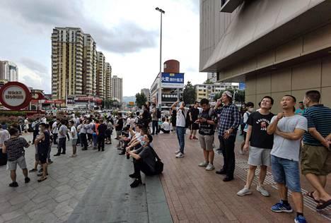 Kadulle kerääntyneet ihmiset katselivat mystisesti tärisevää rakennusta Kiinan Shenzhenissä.