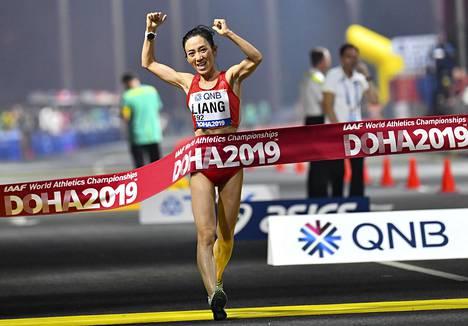 Rui Liang käveli naisten 50 kilometrin kilpailun maailmanmestariksi.
