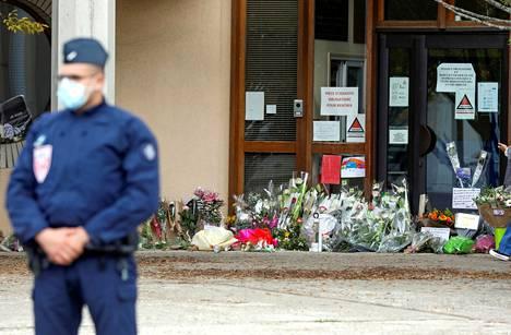 Surmatun opettajan koulun ovelle on tuotu kukkia uhrin muistoksi.