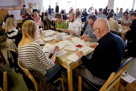 Ennakkoäänien laskentaa Kallion virastotalossa Helsingissä eduskuntavaalien äänestyspäivänä sunnuntaina 19. huhtikuuta 2015.