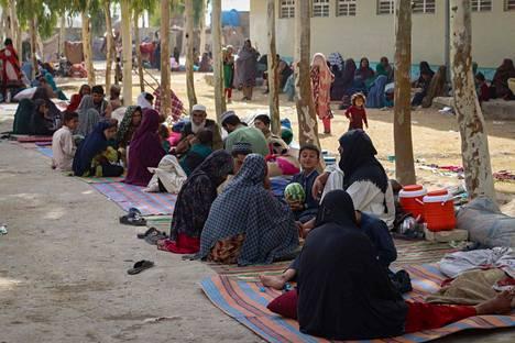 Ihmisiä pakolaisleirillä Kandaharin liepeillä tiistaina.