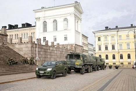 Puolustusvoimen ajoneuvot olivat pysäköineet Tuomiokirkon edustalle.