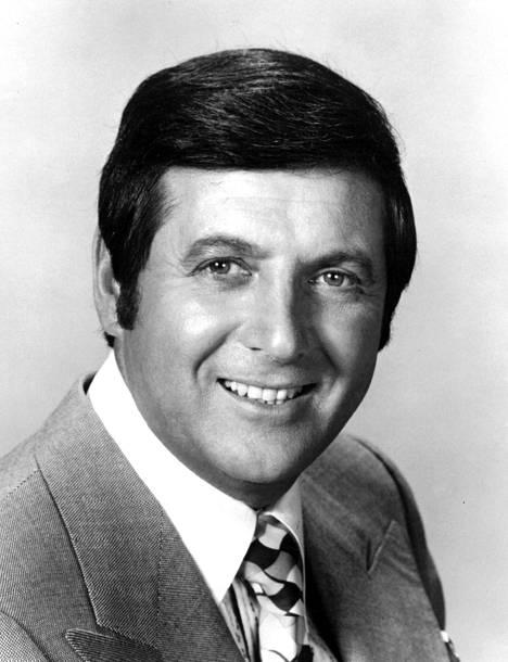 Monty Hall juonsi televisiokanava NBC:n suosittua Let's Make A Deal -visailua 1963–1986. Hän palasi puikkoihin vielä vuonna 1991.