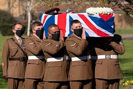 Puolustusvoimien väkeä kantamassa Mooren arkkua krematoriolle.