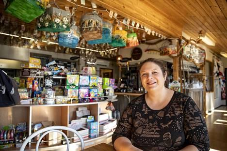 Anne Porrassalmi pyörittää perheineen Vuosnaisissa matkailutoimintaa.