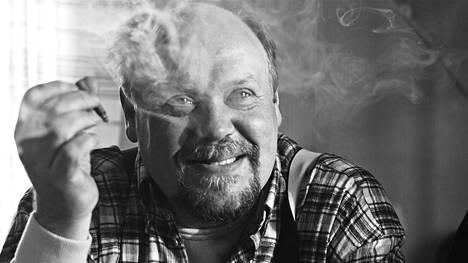 Hannu-Pekka Björkman loistaa juopon kirjailijaneron roolissaan.
