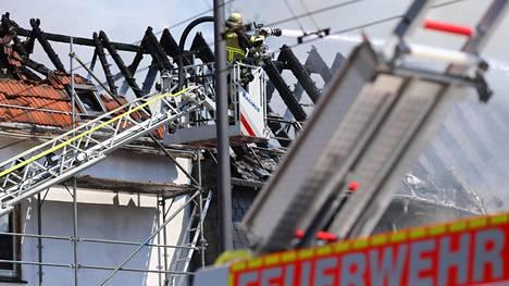 Palon sammutustöihin Solingenissa osallistui kymmeniä palomiehiä. Pelastuslaitoksen mukaan syttymissyy saattaa olla aurinkopaneelien ylikuumeneminen tai niissä ilmennyt tekninen vika.