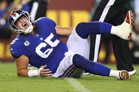 Nick Gates pitelee loukkaantunutta jalkaansa.