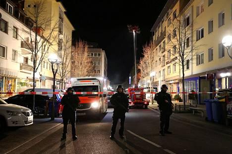 Poliisit eristivät katuja Hanaussa.