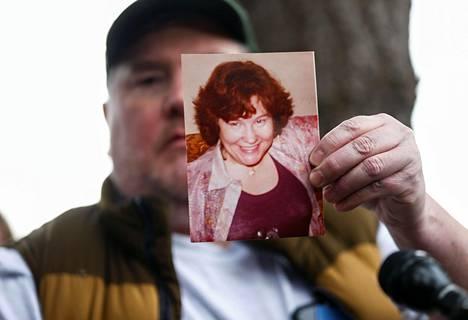 Amerikkalainen Mike Weatherill piteli kuvaansa äidistään Louisesta joka menehtyi koronavirukseen Life Care -palvelutalossa keskiviikkona.