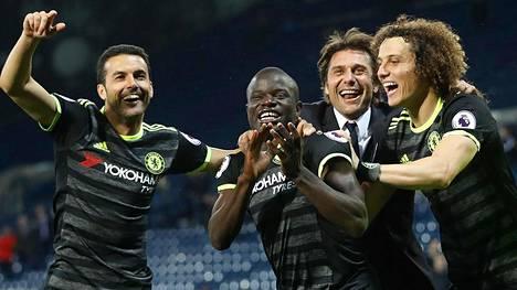 N'Golo Kante (2. vas.) ja manageri Antonio Conte olivat Chelsean mestaruuden pääarkkitehdit. Kuvassa juhlivat myös Pedro (vas.) ja David Luiz.