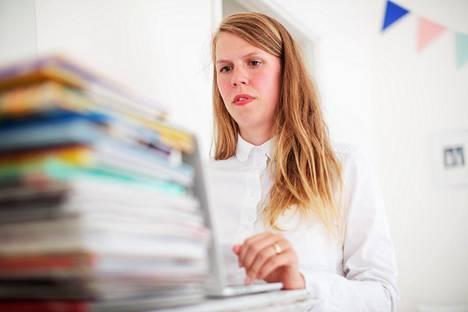 –Totta kai välillä tuhlaan surutta. Ostan pojalleni kalliin suomalaisen vaatemerkin paidan tai tilaan kotiin illallisen, kun en jaksa laittaa ruokaa. Ajan taksilla ja tarjoan illallisen ravintolassa kavereille, Julia Thurén kertoo.