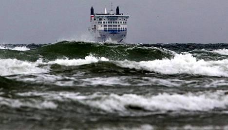 Matkustajalautta matkasi myrskyssä Trelleborgista kohti Rostockia perjantaina.