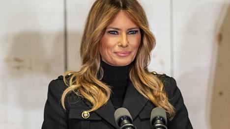 Rouva Melania Trumpin kuvaillaan saaneen tarpeekseen ensimmäisen naisen roolista, eikä hän siksi edes yritä enää esittää kiinnostunutta. Viimeiset päivänsä hänen kerrotaan käyttävän valokuva-albumien kasaamiseen ja tavaroiden pakkaamiseen.