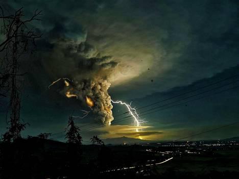 Salama iskee Batangasin yläpuolella, kun Taal-tulivuore syöksee tuhkaa.
