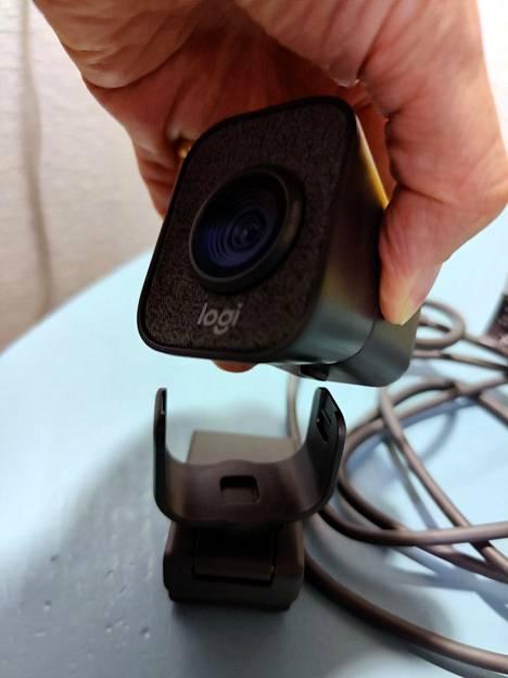 Kamera irtoaa helposti kiinnikkeestään. Näin sen saa asetettua pysty- tai vaakasuuntaan tarpeen mukaan.