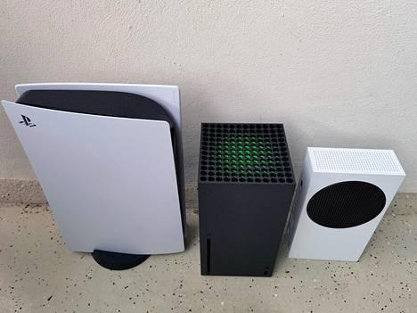 Vasemmalla oleva Playstation 5 on Xboxeihin verrattuna melkoinen möhkäle.